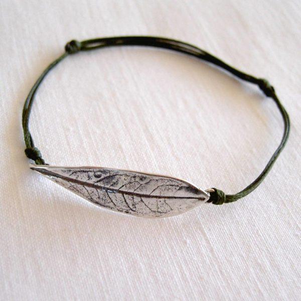 pulsera artesanal de plata y con cordón