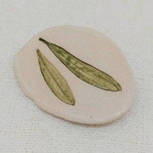 Broche de cerámica con dos hojas de olivo