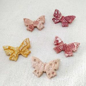 Broche mariposa de cerámica granate