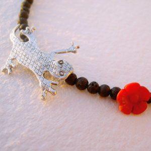 Colgante salamandra en plata y piedras volcánicas